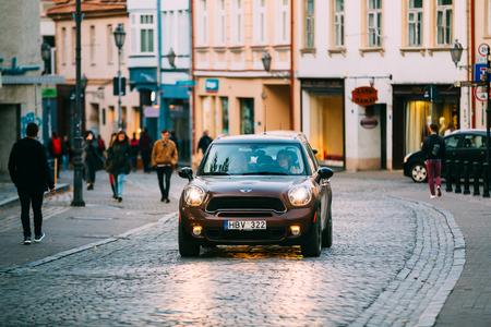 ヴィリニュス、リトアニア。茶色の色の移動車ミニ ・ クーパーのフロント ビュー