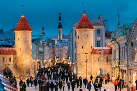 Tallinn, Estonia. People Walking Near Famous Landmark Viru Gate 免版税图像