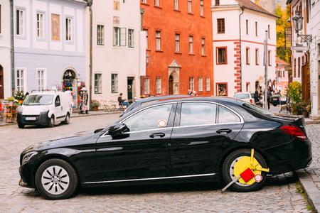 La rueda del coche estaba bloqueada con un bloqueo de rueda amarillo sujetado por la policía de tráfico