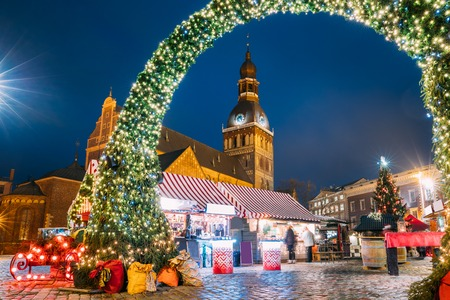 Riga, Lettonia. Mercatino di Natale in Piazza del Duomo con la Cattedrale del Duomo di Riga. Albero Di Natale E Case Commerciali. Famoso punto di riferimento alla notte di sera di Natale invernale alla luce delle luminarie.