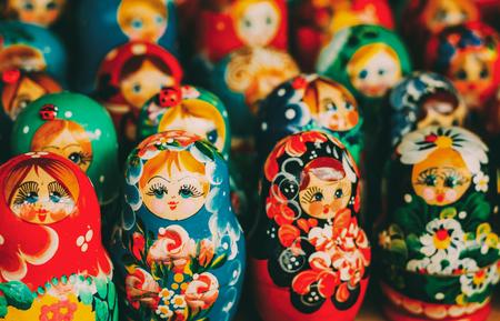 Bunte russische Nistpuppen auf dem Markt Standard-Bild