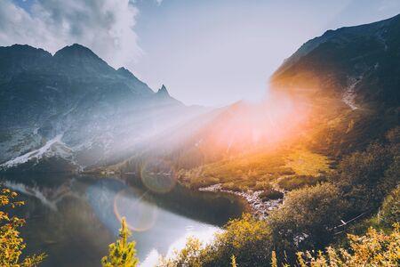 Parc national des Tatras, Pologne. Montagnes célèbres lac Morskie Oko ou lac Sea Eye en soirée d'été. Beau coucher de soleil soleil soleil rayons de soleil au-dessus du paysage du lac Tatras Banque d'images