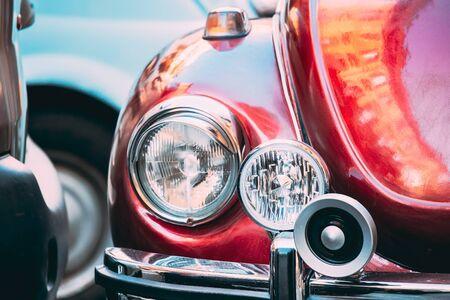 Close Up Headlight Of Old Retro Vintage Red Color Car Standard-Bild