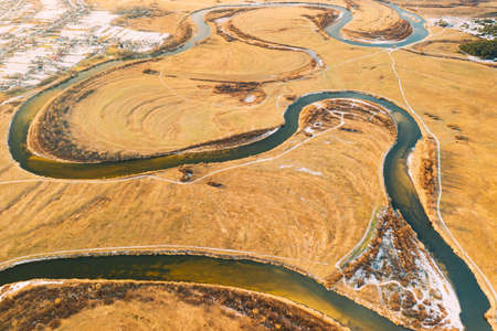 Aerial View Of Dry Grass And Partly Frozen River Landscape In Late Autumn Day. High Attitude View. Marsh Bog. Drone View. Birds Eye View 版權商用圖片