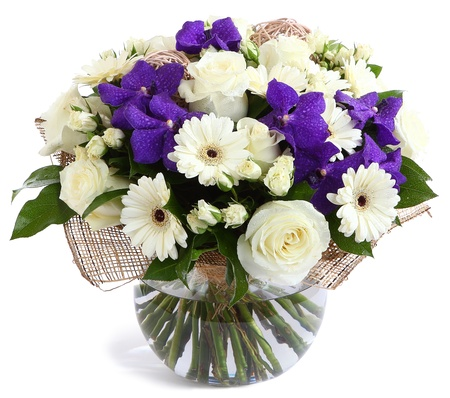 Flower arrangement in glass, transparent vase: White roses, purple orchids, white gerbera daisies, green peas. Isolated on white background. Floristic composition, design a bouquet, floral arrangement. Violet orchids. Banque d'images