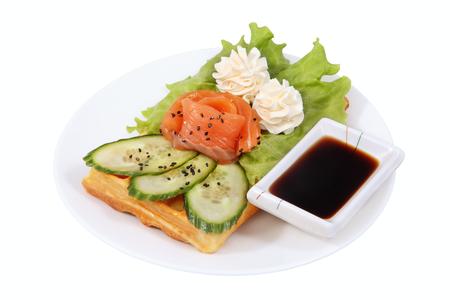 escarapelas: Comida r�pida en el plato, el gofre belga, lechuga, rosetas de mantequilla, salsa de soja taz�n, rodajas de pepino, la imagen aislada sobre fondo blanco. Foto de archivo