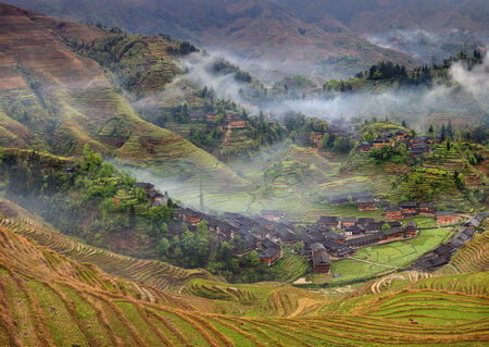 gradas: Paisaje de primavera con el pueblo y las terrazas de arroz, monta�a China rural