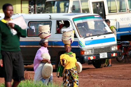mujeres negras: Makuyuni, Arusha, Tanzania - 13 de febrero 2008: Dos mujeres negras no identificadas, las cosas que llevan en la cabeza, gente que lleva cosas en la cabeza