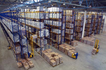 サンクトペテルブルク, ロシア連邦 - 2008 年 11 月 21 日: インテリアの倉庫保管、垂直ストレージ、パレット棚頭上式ラック、うずたかく積み貨物とイ
