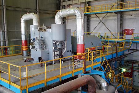 turbina de vapor: San Petersburgo, Rusia - 6 de junio 2007: Turbina de vapor hace girar el generador en la sala de turbinas, F�brica de papel Kommunar.