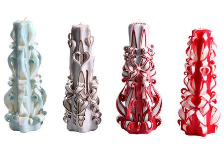 paraffine: Set van vier decoratieve verschillende kleur gesneden paraffine handgemaakte kaarsen op een witte achtergrond. Stockfoto