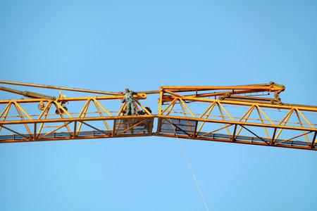 Montage: St. Petersburg, Russland - 30. Oktober 2014: Montagearbeiten an der Verbindung der Hebekran Teile der Turmdrehkran. Editorial