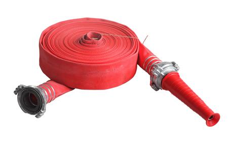 Rodado encima de la manguera de extinción de incendios de color rojo con acoplador y boquilla, aislado sobre fondo blanco.