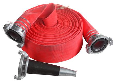 hose: Fuego Industria de combate, Rojo Fuego carretes rollo devanadera de la manguera, la manguera de extinción de incendios se utilizan para la pulverización de agua a alta presión, con boquilla de aluminio y el acoplador de conexión, objeto aislado sobre fondo blanco.