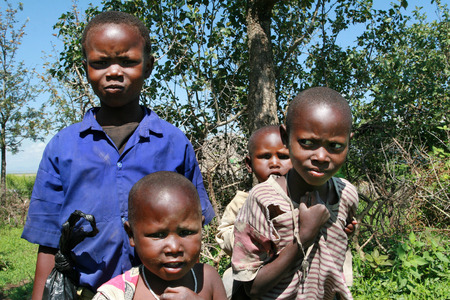 enfants noirs: Meserani Snake Park, Arusha, Tanzanie - le 14 F�vrier 2008: Plusieurs enfants noirs africains Maasai en haillons.
