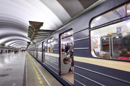세인트 피터스 버그, 러시아 - 3 월 (7) : 2014 년 지하철 역에서 승객 플랫폼, 오픈 도어와 함께 서있는 푸른 마차와 기차. 깊은 지하 역 Ploshchad 'muzhestva