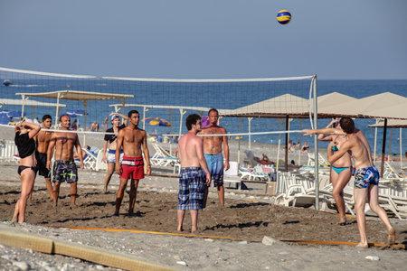 beach resort: Pueblo Camyuva, Kemer, Turqu�a - 25 de agosto 2014: turistas en grupo jugando voleibol de playa en el balneario de la costa mediterr�nea.