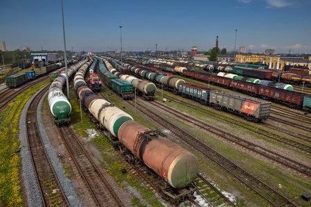 tren: San Petersburgo, Rusia - 22 de mayo 2015: cruce de la estaci�n de trenes de carga grande, con gran cantidad de trenes y l�neas de la pista, la estaci�n de carga con los trenes, Tren de carga de tracci�n varios vagones y tanques en d�a de verano