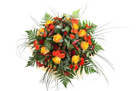 roses rouges: Roses mixtes, arrangement floristique d'orange, roses jaunes et rouges, compositions florales, bouquet de roses color�es isol� sur fond blanc. Banque d'images