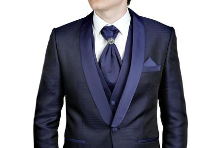 blue navy: traje azul marino para los hombres, una boda o fiesta de graduaci�n, chaleco, camisa, corbata plastr�n con un broche, primer plano, aislado en un fondo blanco.