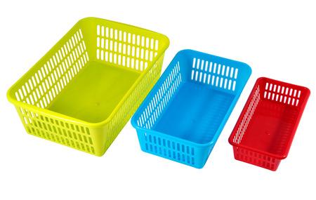 envases de plástico: Coloreado envases de plástico para el almacenamiento de accesorios para el hogar, aislado en blanco, selección de ruta guardada. Foto de archivo
