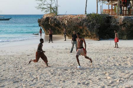 ni�os jugando: Zanz�bar, Tanzania - 19 de febrero de 2008: los adolescentes africanos que juegan al f�tbol playa en las costas del Oc�ano �ndico.