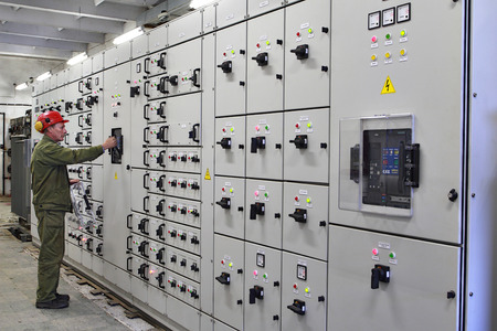 Veliky Novgorod, Russia - June 26, 2007:  Electrical engineer  high voltage switchgears maintenance, chemical Plant. 新聞圖片