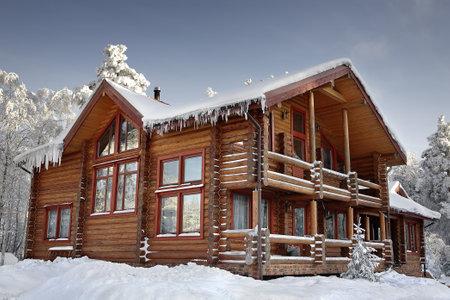 cabaña: Cabaña de madera con ventanas grandes, balcón y terraza, diseño de la casa moderna, invierno cubierto de nieve, día soleado.