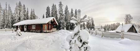 Bauernhof Blockhaus aus gebeiztem Holz dunkelbraune Farbe, mit schneebedeckten Dach auf dem Rand des Winterfichtenwald. Editorial