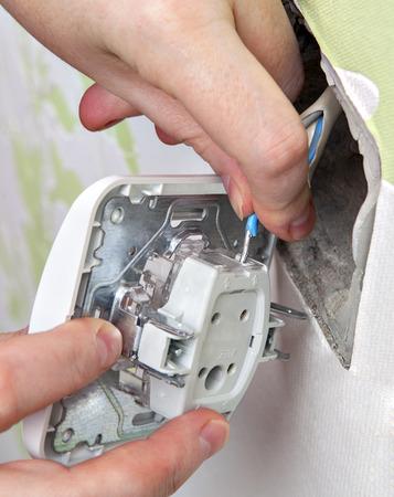 panel de control: interruptor de la luz de montaje en pared, conecte el cableado el�ctrico dom�stico al panel de control. Foto de archivo