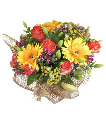 rosas naranjas: arreglo de la composici�n flor�stica, incluye ramo de flores de gerbera amarillo, naranja rosas, capullos de lirio, aislados en fondo blanco.