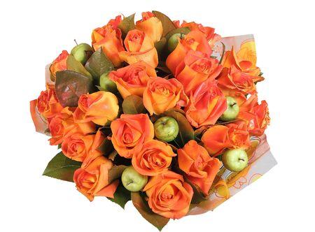 rosas naranjas: fitodiseño, gran ramo de flores redonda con rosas naranjas y manzanas verdes, aisladas sobre fondo blanco. Foto de archivo