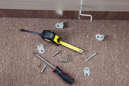 Stahl Schrauben, Klammern und Handwerkzeuge Möbel zu installieren. Standard-Bild