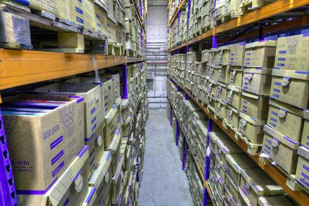 San Petersburgo, Rusia - 3 de diciembre de 2013: Cajas de registros almacenados en almacén, instalación de almacenamiento de documentos seguros.