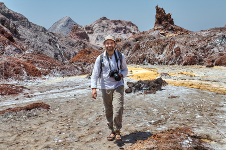 1 つ笑みを浮かべて観光白人男はカメラ、ホルムズ島、ホルモズガーン州、イラン南部で自然のアトラクションで歩きます。
