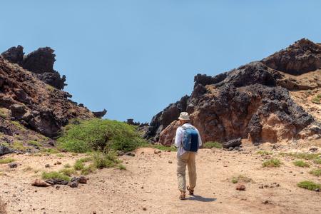 後ろからの絵のような場所、ホルムズ島、ホルモズガーン州、イラン南部の散歩は、バックパックと観光を見る。 写真素材