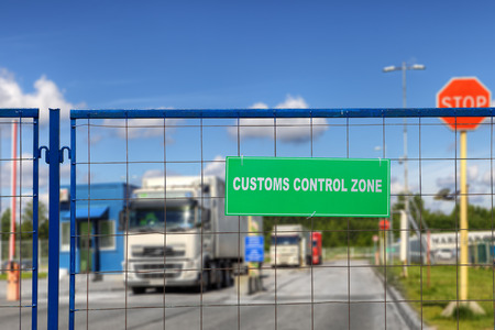 Trucks pass through the checkpoint of the customs logistics terminal. 免版税图像