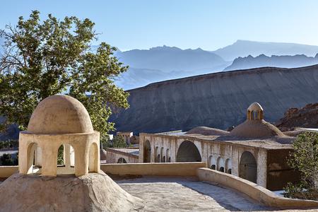Lehmgebäude nahe Heiligtum Pir-e-Naraki in Yazd, der Iran. Standard-Bild - 92783886