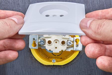 Montaje de la toma de corriente doméstica en la red eléctrica doméstica, primer plano.