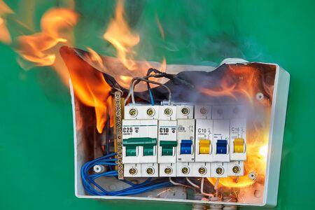 Eine fehlerhafte Verkabelung war die Ursache für einen Brand im Verteilerkasten. Schlechte elektrische Verkabelungssysteme verursachten einen Brand im elektrischen Sicherungskasten der Hausverkabelung.