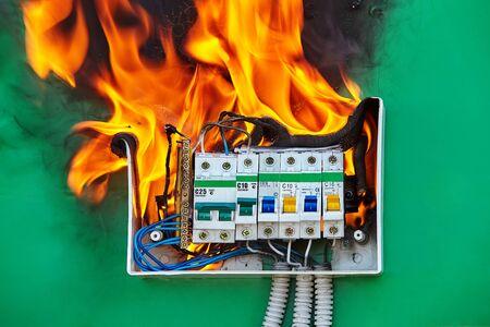 Ein defektes elektrisches Verkabelungssystem in der elektrischen Schalttafel wurde zur Brandursache. Ein defekter Schutzschalter fing in einer Schalttafel Feuer und verursachte einen elektrischen Brand in einem Haushalt. Standard-Bild