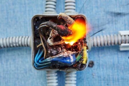 Beschadigde elektrische aansluitdoos werd de oorzaak van elektrische kortsluiting en zorgde ervoor dat de elektrische bedrading in brand vloog.
