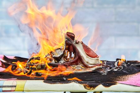 Household electric irons for ironing clothes caught fire. The flame engulfed the iron melted, the ironing board lit up, a household fire started.