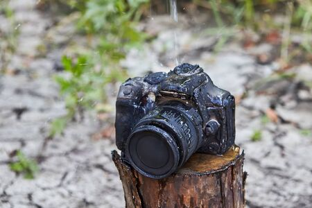 As a result of the accident, the camera of the backpackers burned and melted. No luck, the photographer, his property destroyed by forest fire. The gadget is carbonized and can not be restored.