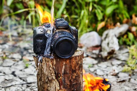 Late tourists extinguished the flame on the camera, which destroyed the fire during a forest fire. The digital SLR camera broke when it melted and burned.