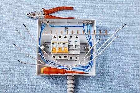 Instalación del cuadro eléctrico doméstico. Los disyuntores están alojados en una caja de disyuntores. Protección contra sobrecorriente en sistemas de energía CA. Instalación de unidad de consumo eléctrico. Montaje en carril DIN. Foto de archivo