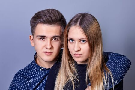 Un hombre y una mujer jóvenes de apariencia caucásica