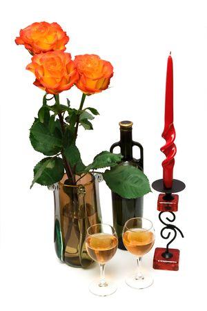 butelka wina, kieliszki, świeczniki i bukiet czerwonych pomarańczowych róż odizolowane na wite Zdjęcie Seryjne - 4765633