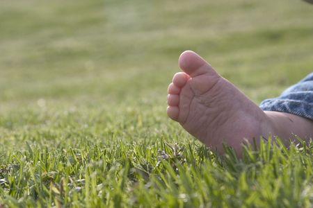 pie bebe: beb� desnudo pie en la hierba