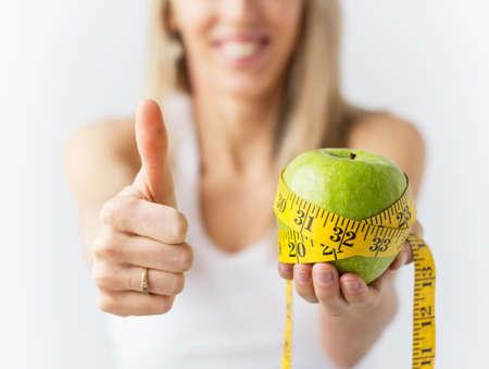 여자는 성공적인 체중 감량을 즐기는